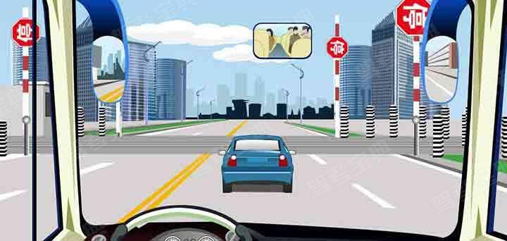 驾驶机动车在这种情况下不能超车。