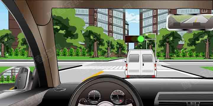 如图所示,在这种条件下通过交叉路口时,不得超车的原因是什么?