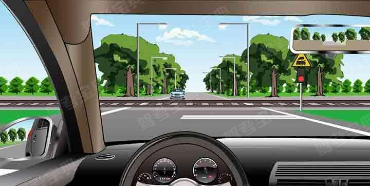 如图所示,在前方路口可以掉头。