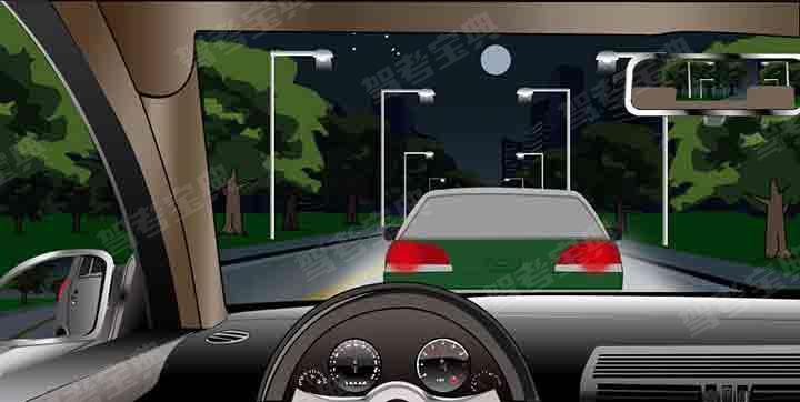 如图所示,夜间驾驶机动车与同方向行驶的前车距离较近时,以下做法正确的是什么?