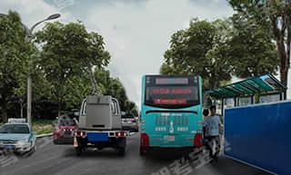 如图所示,驾驶机动车驶近这样的公交车站时,既要注意到路侧行人的活动情况随时准备减速避让,又要考虑前方道路可能存在拥堵,不应跟车过近,防止视线受阻。