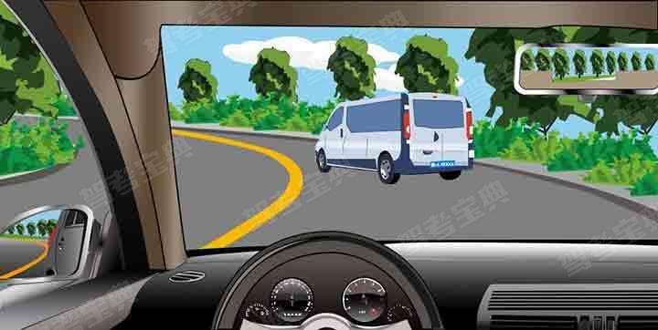 如图所示,驾驶机动车遇到这种情况,可以借对向车道超越前车。