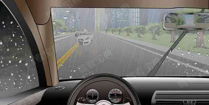 如图所示,驾驶机动车在这种情况下,由于前车相隔较远,可先观察情况后,临近再做调整。