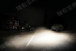 如图所示,当车辆驶入一条照明条件较差的街道时,教练员应提示学员___。