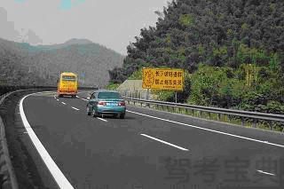 驾驶车辆在图中所示的山区长下坡路段行驶,如果速度过快,可能引发车辆追尾、碰撞、侧翻等事故。