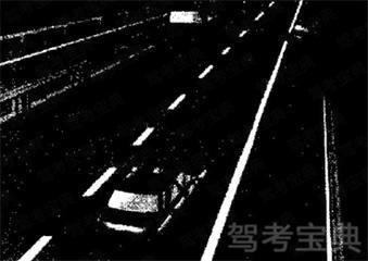 如图所示,车辆制动失效时驾驶员应控制方向向路边停靠,此期间能起到减速效果的应急措施有____等。