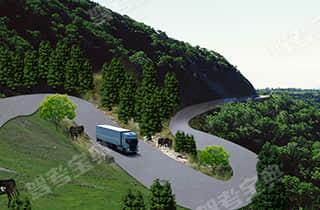 驾驶客车在图中所示的山区长下坡路段行驶,如果速度过快,可能引发车辆追尾、碰撞、侧翻等事故。