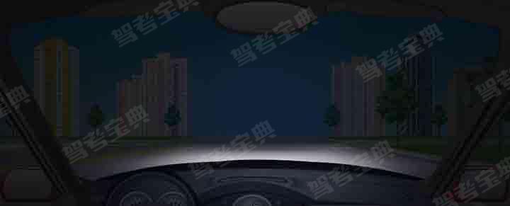 在这种环境下通过路口如何使用灯光?