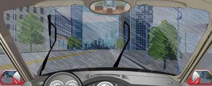 驾驶汽车在雨天起步前要使用刮水器。