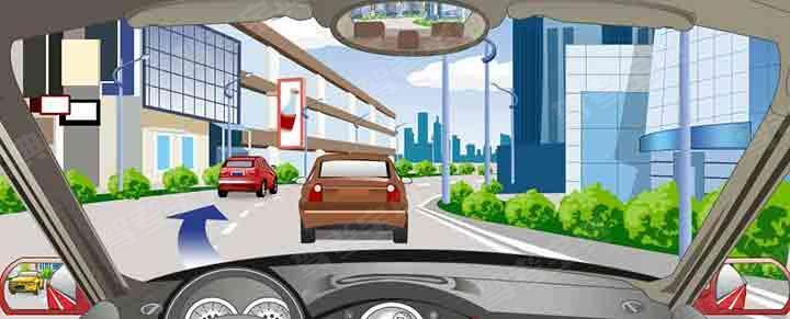 驾驶机动车遇到这种情况要迅速向左变更车道。