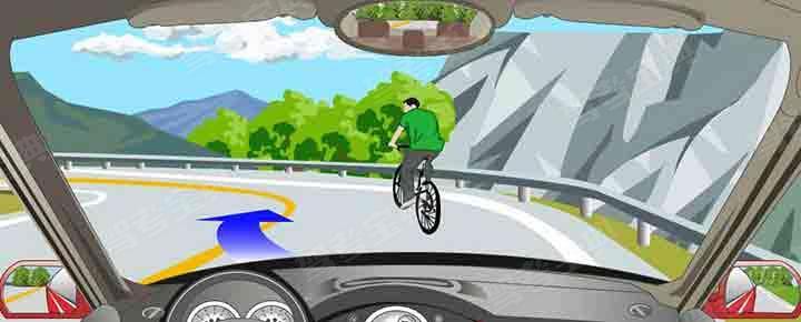 遇到这种情况的骑车人可以借对向车道超越。