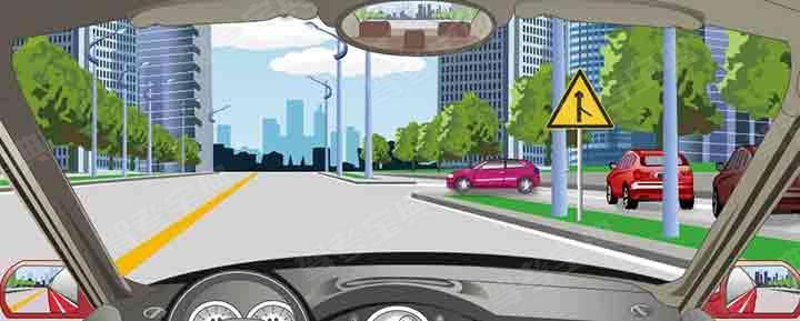 驾驶机动车驶近前方主支干道交汇处要注意什么?
