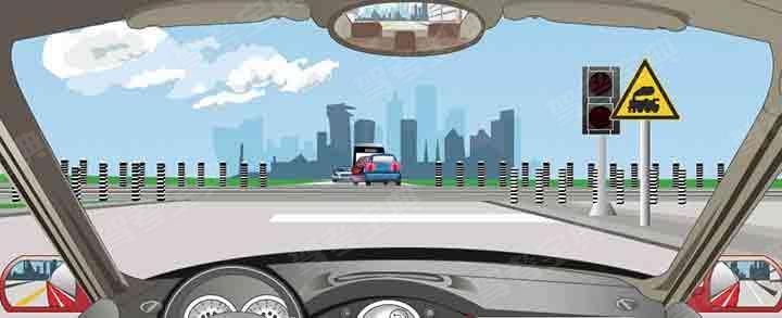 驾驶机动车怎样通过这个铁路道口?