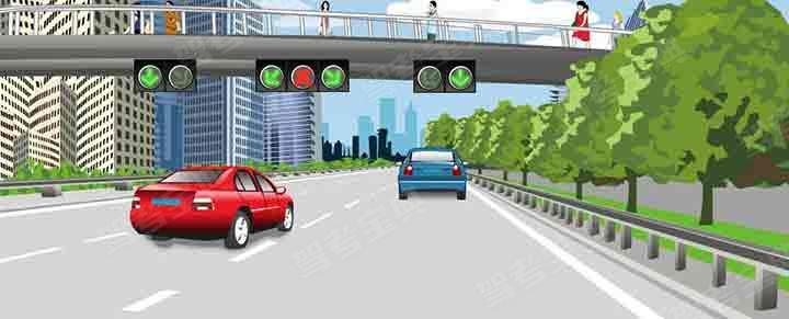 这辆红色轿车可以在该车道行驶。