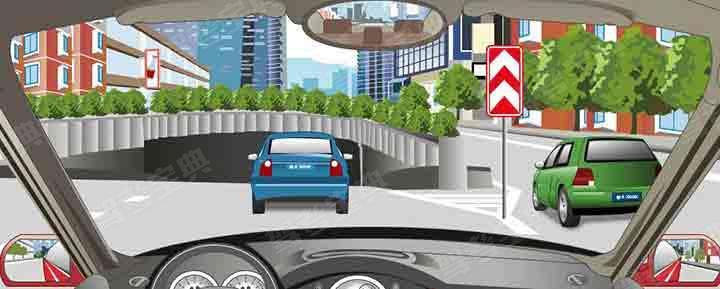 右侧标志警示前方道路两侧不能通行。