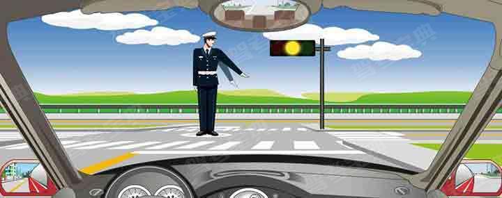 交通警察发出的是左转弯待转手势信号。