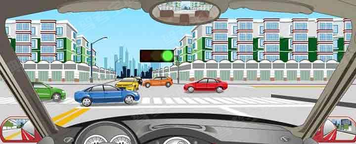 驾驶机动车在这种情况下要跟前车进入路口等待。