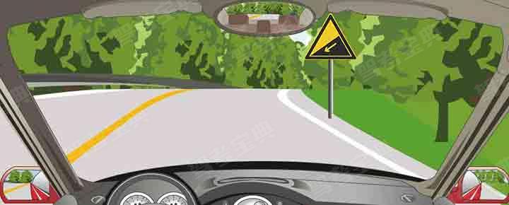 驾驶机动车遇到这种道路要提前减速减挡,利用发动机制动控制速度。