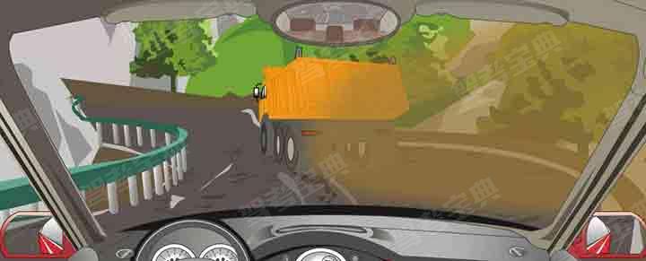 驾驶机动车在山区道路遇到这种情况要加速超越前车。