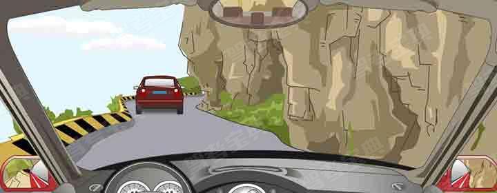 在山区道路跟车行驶的距离要比平路时大。