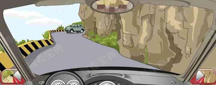 在这种山区危险路段怎样安全会车?