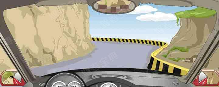 驾驶汽车在山区上这种陡坡道转弯时怎样行驶?